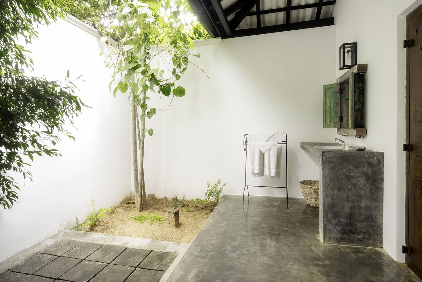 Outdoor Tropical Garden Bathroom at Nisala Arana