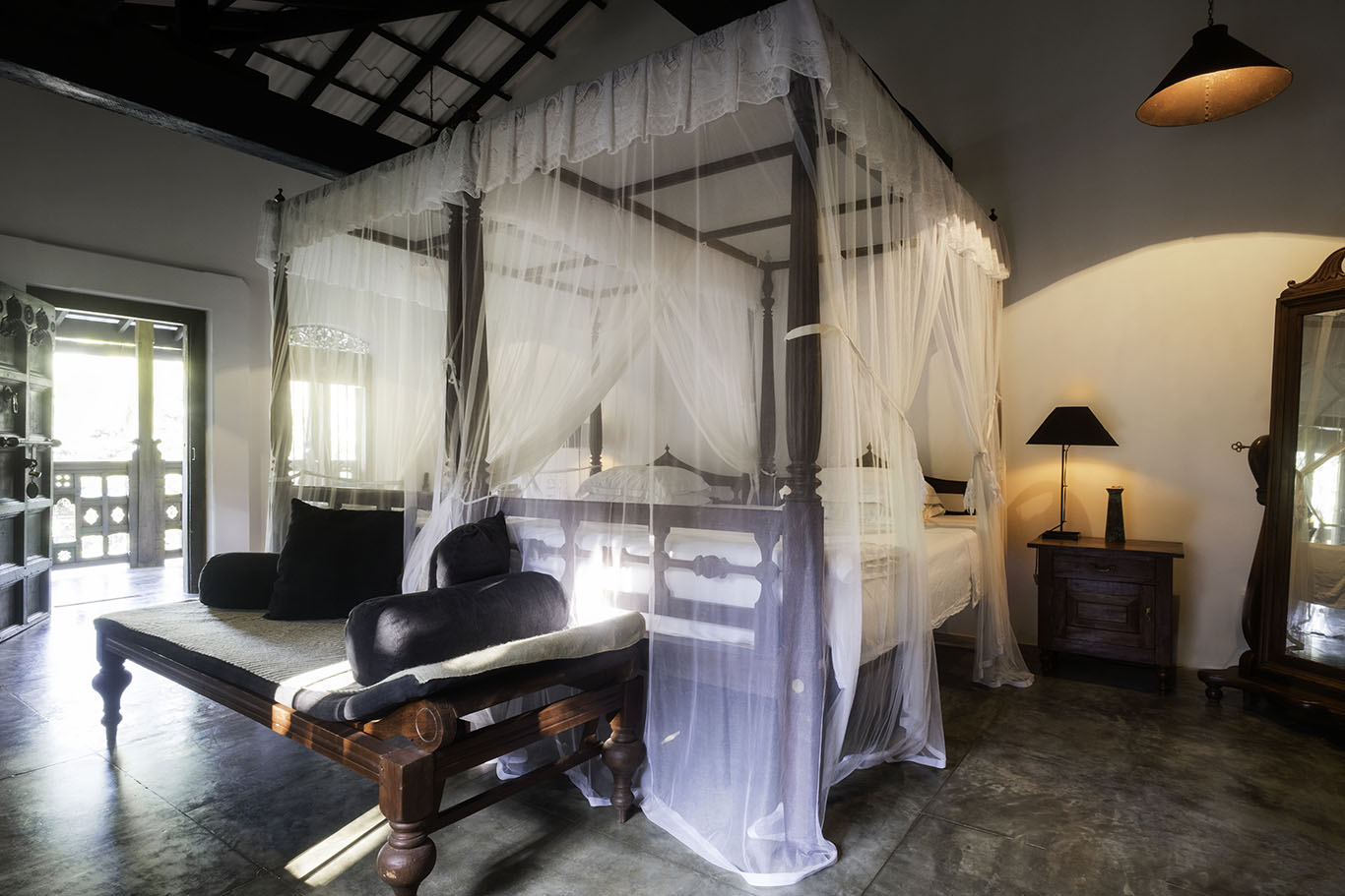 Twin four-poster beds at Mango Wing in Nisala Arana